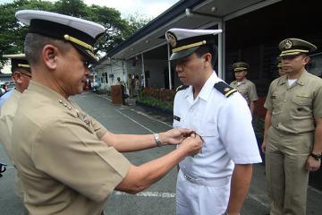 Navy ENS Marlon Bo receives medal for helping CebuPac passengers