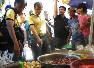 PNoy, Mar inspect prices of goods at Leyte market