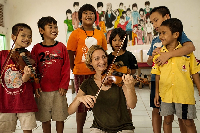 Italian violinist strikes a chord with street kids