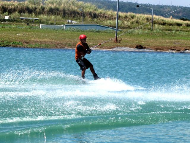 wakeboarding vs snowboarding essay Wakeboarding vs wakeboarding and snowboarding share many similarities in the aspect of motion and the resulting rush of adrenaline the warmer weather of the wakeboarding season.