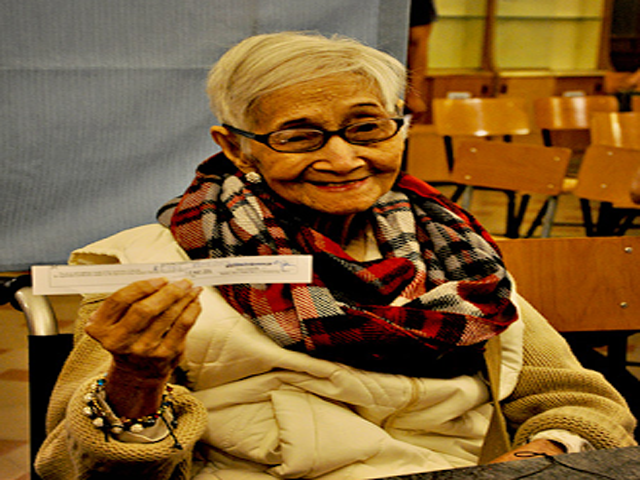 90 year old pinay registers for overseas voting in italy news gma