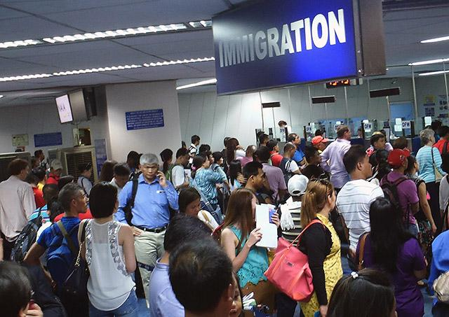 Immigration officers to be assigned at naia to end queuing