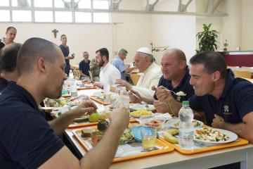 Pope Francis lines up, mingles, eats lunch at Vatican canteen
