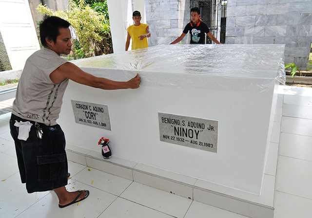 Pinoys flock to Ninoy grave on 31st death anniversary ...