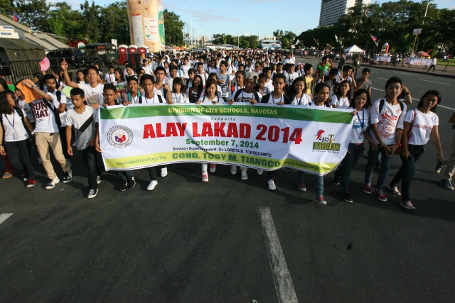 """alay lakad Paf participates alay-lakad 2016 06 september 2016 tin cooperation with the different government agencies, civic and non-government organizations, the philippine air force contingent took part in the alay-lakad 2016 with the theme, """" alay lakad-may pag-asa ang kabataan,"""" on 04 september 2016."""