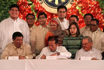 PNoy signs P2.6-trillion 2015 national budget