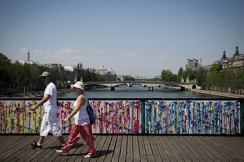 Romantic street art replaces love locks on paris bridge for Love lock bridge in paris