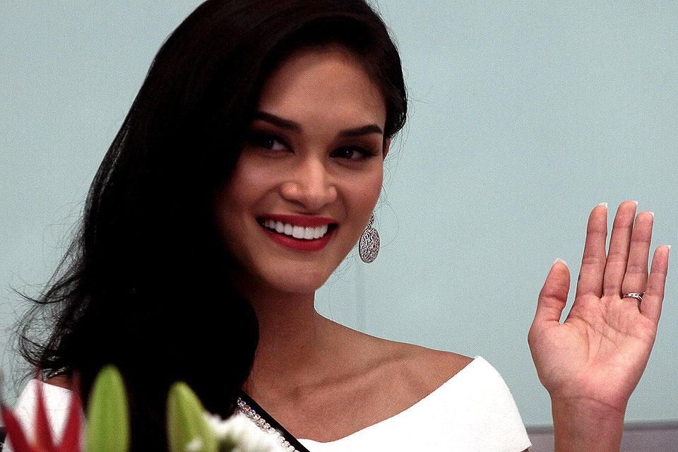 Pia Wurtzbach shows you how to get the 'pageant look