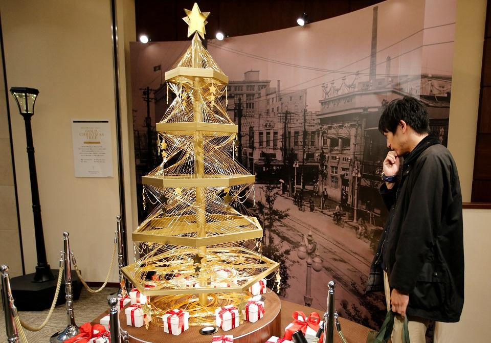 Pure gold Christmas tree gives Tokyo a $1.8-million sparkle ...