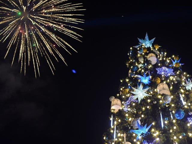 giant christmas tree lights up araneta cubao