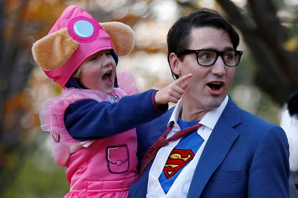a3291ac199734 Trudeau trick-or-treats as Clark Kent for Halloween