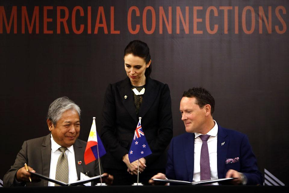 New Zealand Prime Minister Jacinda Ardern witnesses the signing of a memorandum of understanding between Philippine Airline President and COO Jaime Bautista (left) and New Zealand Tourism Chief Executive Stephen England-Hall at the New World Hotel in Makati City on Tuesday, November 14, 2017. Under the pact, Philippine flag carrier, The Philippine Airlines will open a daily flight from the country to New Zealand and vice versa. Danny Pata
