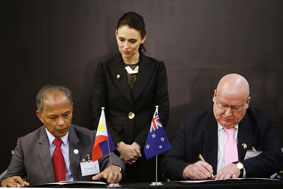 New Zealand Prime Minister Jacinda Ardern Center Witnesses The Signing Of A Memorandum