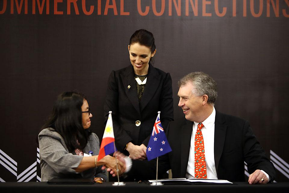 New Zealand Prime Minister Jacinda Ardern (center) witnesses the signing of a memorandum of agreement between Energy Secretary Alfonso Cusi (left) and New Zealand Ambassador to the Philippines David Strachan in Makati City on Tuesday, November 14, 2017, to strengthen the geothermal energy cooperation between the two countries. Danny Pata