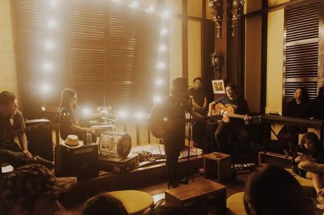 Ian Penn performing an intimate gig