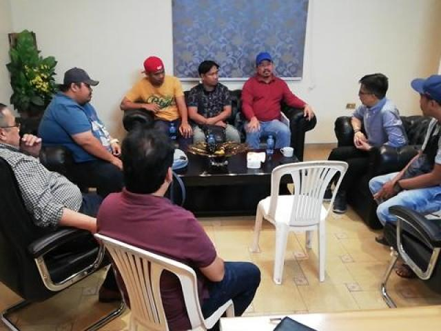 In the photo are OWWA Adminsitrator Hans Leo Cacdac, Labor Attache Nasser Munder, and OWWA Welfare Officer James Mendiola during a dialogue with distressed OFWs in Azmeel Contracting Company in Jeddah. --R. Concha