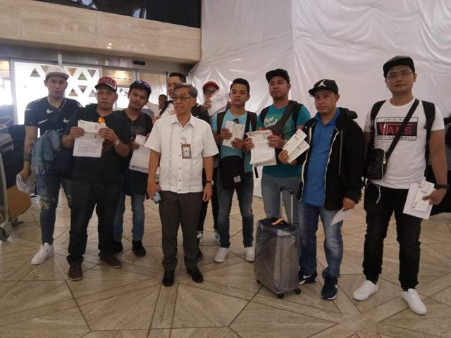 Story sa Saudi: with Photo -Labor Attache Nasser Mustafa of POLO Riyadh, together with the nine OFWs pose fo a photo before they fly to the Philippines. -Ronaldo Concha