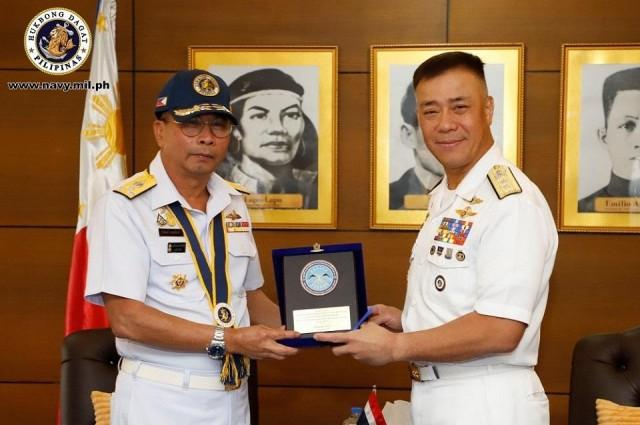 Philippine Navy Flag Officer in Command Giovanni Barcolo (right) poses with Royal Thai Navy Vice Admiral at Nevy headquarters in Manila on February 5, 2020. Photo: Philippine Navy