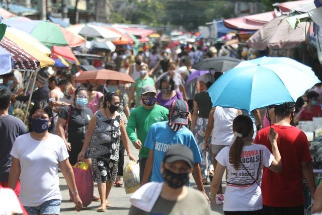 Manila residents flock to market a day before MECQ