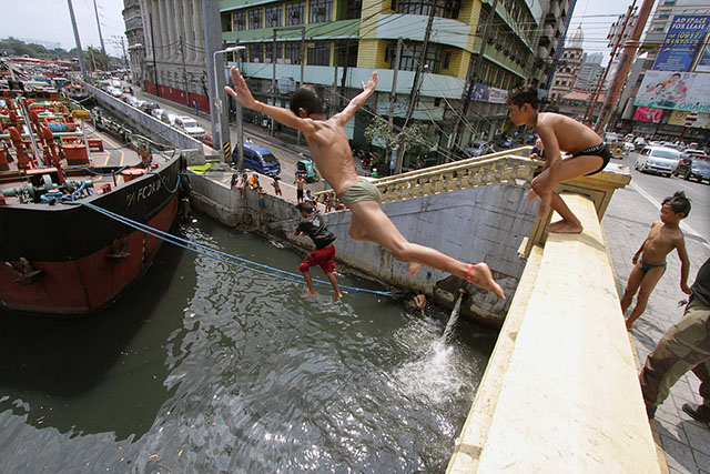 Pasig River Becomes Swimming Pool For Manila Boys