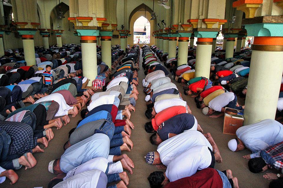 Filipino Muslims begin month-long Ramadan with early