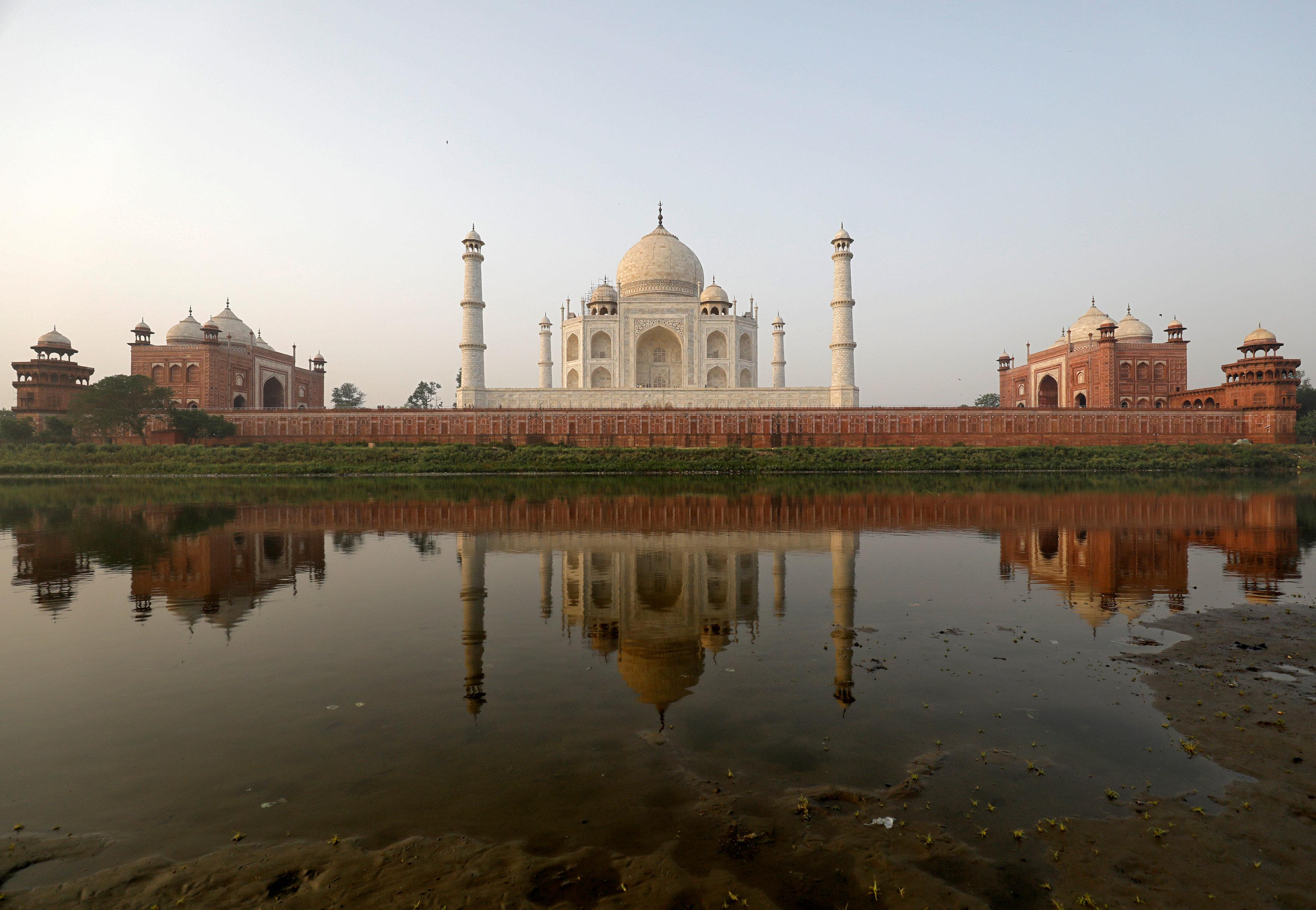 Pollution Turns India S White Marble Taj Mahal Yellow And