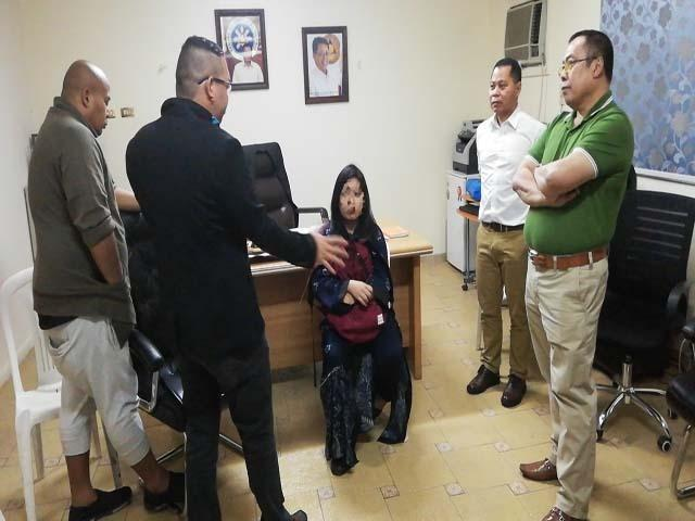Si Lovella Abcede (gitna) habang kausap sa opisina ng POLO si Labor Attache Nasser Munder, Assistant Labor Attache Germie Daytoc at OFW advocates Gerwin Sundungan ng Kaagapay ng Bawat OFW at Red Bual ng ACTS-OFW Middle East Affairs.