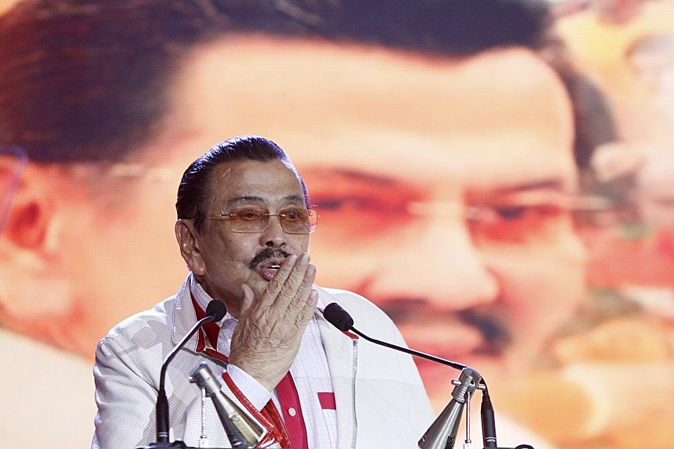 Erap blows a goodbye kiss