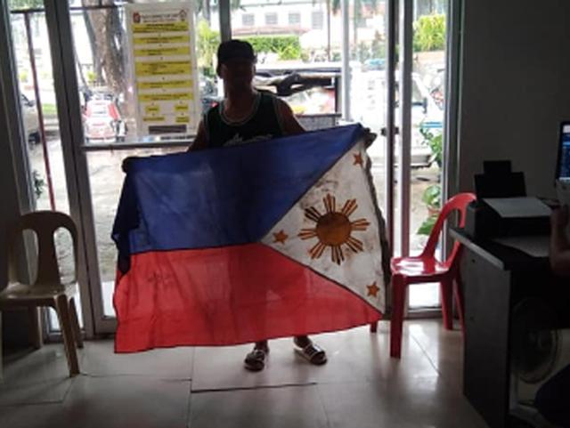 Scrap collector nagpakita ng respeto sa PHL Flag