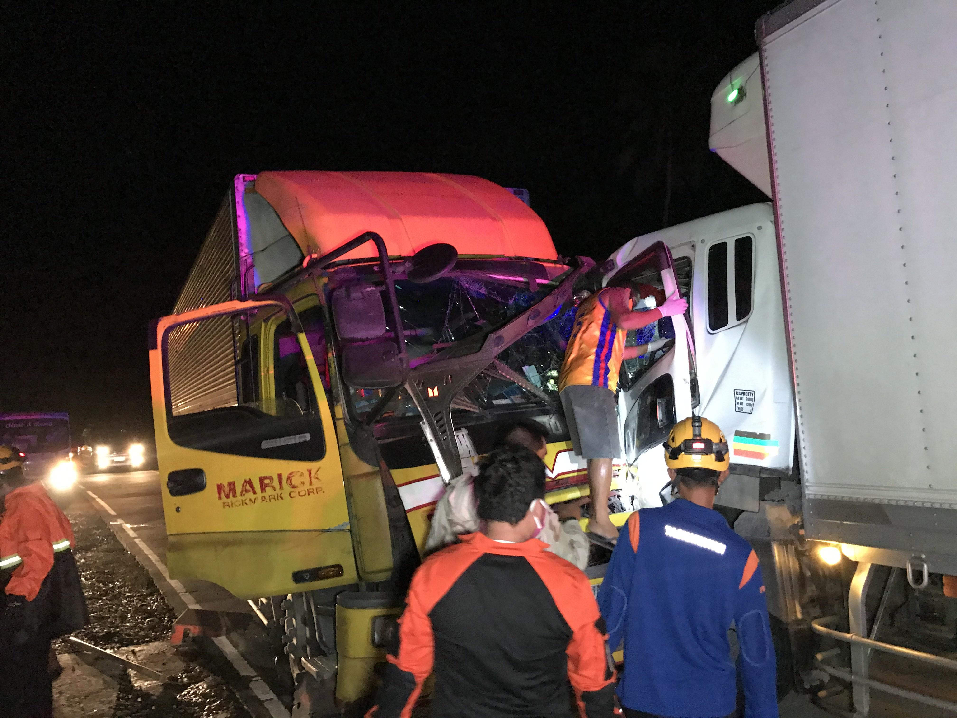 Two 10-wheeler trucks in head on collision in Quezon